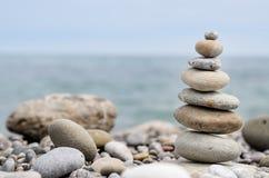 Piedras lisas redondas apiladas en Rocky Beach Fotografía de archivo