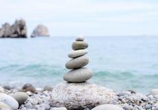 Piedras llenadas conceptuales en equilibrio perfecto Imagenes de archivo