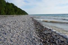 Piedras a lo largo de la línea de la playa del lago Michigan Fotografía de archivo