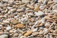 Piedras mojadas del guijarro en el sol Fotografía de archivo