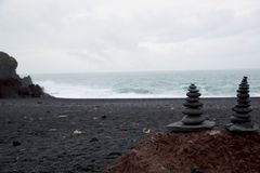 Piedras negras en la playa del nssandur del ³ de DjúpalÃ, Islandia foto de archivo libre de regalías