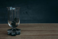 Piedras para el tulup de enfriamiento del whisky y de los glases en fondo de madera oscuro Fotografía de archivo