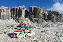 Piedras pintadas en paso de montaña Imágenes de archivo libres de regalías