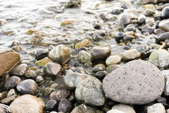 Piedras por el río Foto de archivo libre de regalías