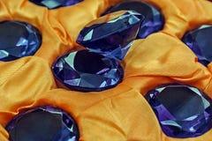 Piedras preciosas azules y paño amarillo fotografía de archivo