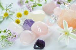 Piedras preciosas con las flores imagen de archivo libre de regalías