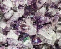 Piedras preciosas púrpuras del cuarzo en bulto imagen de archivo libre de regalías
