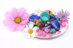 Piedras preciosas y flores imágenes de archivo libres de regalías