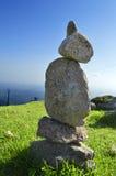 Piedras que equilibran encima de las capas delgadas la montaña más alta de Algarve Foto de archivo libre de regalías