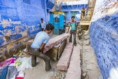 Piedras que llevan del trabajador indio Foto de archivo