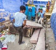 Piedras que llevan del trabajador indio Fotos de archivo libres de regalías