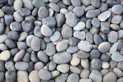 Piedras redondas grises y blancas. Fotografía de archivo libre de regalías