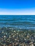 Piedras redondas multicoloras hermosas en el mar, los r?os, los lagos, la charca, el oc?ano y el agua hirvienda con las ondas en  fotos de archivo