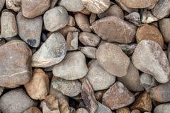 Piedras redondas por la orilla del río Fotos de archivo