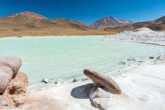 Piedras Rojas, vulkaan, sneeuw, berg, rotsen, meer, wit zand, turkoois water stock afbeelding