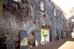 Piedras sepulcrales antiguas en las ruinas de la iglesia Imagen de archivo libre de regalías