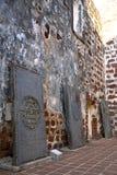 Piedras sepulcrales antiguas en las ruinas de la iglesia Fotos de archivo libres de regalías