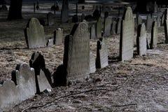 Piedras sepulcrales dramáticamente encendidas en Boston Imagen de archivo libre de regalías