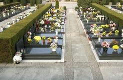 Piedras sepulcrales en una fila Foto de archivo libre de regalías