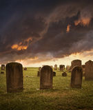 Piedras sepulcrales fantasmagóricas de Víspera de Todos los Santos bajo el cielo tempestuoso Foto de archivo