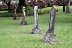 Piedras sepulcrales viejas en un cementerio Foto de archivo libre de regalías