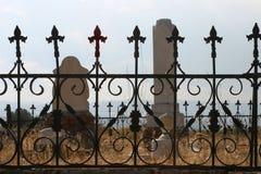 Piedras sepulcrales y cerca en cementerio viejo Fotografía de archivo libre de regalías