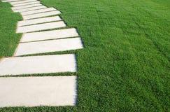 Piedras serpentinas del camino en un césped del parque (concepto) Foto de archivo libre de regalías