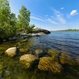 Piedras subacuáticas en la orilla del lago ladoga Imágenes de archivo libres de regalías