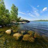 Piedras subacuáticas en la orilla del lago ladoga Fotografía de archivo