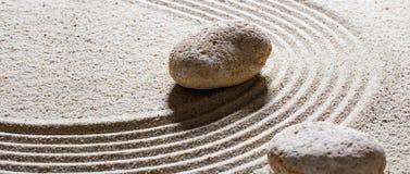 Piedras texturizadas en las ondas de arena para la flexibilidad y la paz Imágenes de archivo libres de regalías