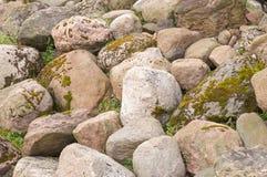Piedras viejas por la costa del río Foto de archivo libre de regalías
