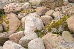 Piedras viejas por la costa del río Fotografía de archivo