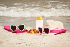 Piedras y accesorios ambarinos para las vacaciones en la arena en la playa, protección del sol, tiempo de verano Imágenes de archivo libres de regalías