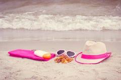 Piedras y accesorios ambarinos para las vacaciones en la arena en la playa, protección del sol, tiempo de verano Imagen de archivo