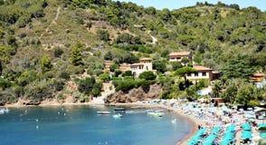 Piedras y ondas azules, mar tirreno, isla de Elba Fotografía de archivo libre de regalías
