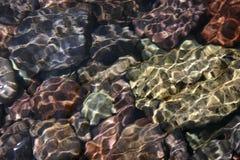 Piedras y ondulaciones coloreadas foto de archivo libre de regalías
