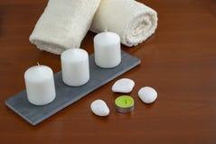Piedras y orquídea de las velas de las toallas foto de archivo