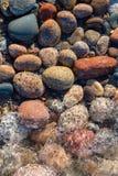 Piedras y resaca del lago Superior en la península superior de Michigan Imagen de archivo libre de regalías