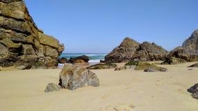 Piedras y rocas en la playa arenosa en Portugal el Oc?ano Atl?ntico del oeste metrajes
