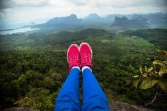 Pieds accrochant dans le ciel Itinéraire aménagé pour amateurs de la nature de Tab Kak Hang Nak Hill thailand Images libres de droits