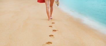 Pieds aux pieds nus de traînée dans le sable image libre de droits