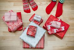 Pieds avec beaucoup de présents Concept de vacances de Noël Photographie stock libre de droits