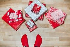 Pieds avec beaucoup de présents Concept de vacances de Noël Photos libres de droits