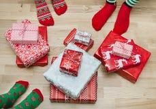 Pieds avec beaucoup de présents Concept de vacances de Noël Image libre de droits