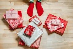 Pieds avec beaucoup de présents Concept de vacances de Noël Images libres de droits
