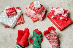 Pieds avec beaucoup de présents Concept de vacances de Noël Photo stock