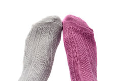 Pieds avec des chaussettes de couleurs, de rose et de gris différents Photographie stock