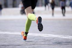 Pieds courant l'athlète de distance sur le trottoir en pierre Images libres de droits