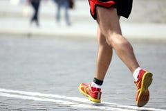 Pieds courant l'athlète de distance sur le trottoir en pierre Photo stock