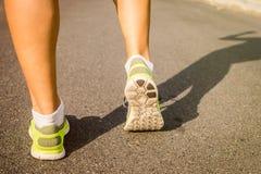 Pieds courants de sport d'athlète sur la forme physique saine de mode de vie de traînée Images stock
